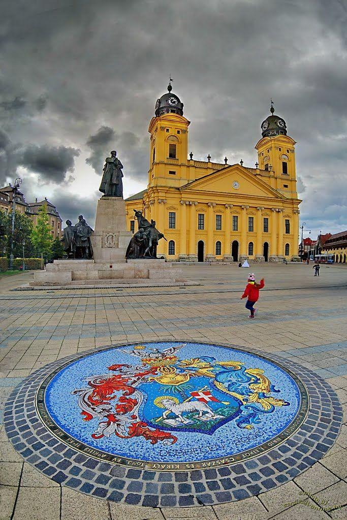 Debrecen, Hungría. Sin dudas la Gran Iglesia es el símbolo, y la imagen del edificio amarillo se multiplica en postales y souvenirs. También la ciudad tiene una larga historia: en 1848, la capital de Hungría se traspasó de Budapest a Debrecen, pero sólo por un corto tiempo. Durante la segunda Guerra Mundial se la destruyó casi por completo, el 70% de los edificios sufrieron daños, casi la mitad no quedó en pie. En 1944, después de la batalla de Debrecen, se logró su total restauración.