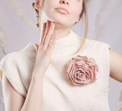 Пыльная роза из войлока. Брошь. - роза,бледно-розовый,нейтральный,пастельные тона