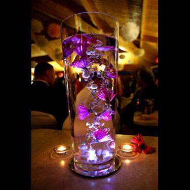On choit des fleurs de couleur, on plonge une lumiere au fond de l'eau et l'on obtient un magnifique vase haut décoré de fleurs tout au long du vase!