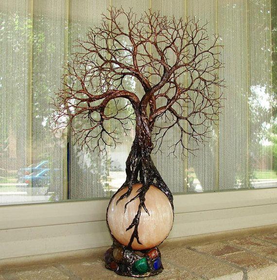 Baum des Lebens alten Grove Geister Skulptur auf Harvest Moon Brasilien Orange Selenit Kugel mit natürlichen, bunten Mineralien und Edelsteinen hinzugefügt, ursprüngliche Kunst.  GESAMTGRÖßE: 14,5 Höhe X Breite 8,5 X 4 Tiefe (inkl. leichte Base) Selenit Kugel: ca. 80 mm rund (3)  Dieses Produkt kommt für ein ruhiges Glühen in den Abendstunden mit einem Viereck elegante Licht schwarz Holz-Basis (Birne zu), 4 x 4 x 2, 110v. Base hat einen sehr großzügigen 6 Fuß mit ein-/in Netzschalter…