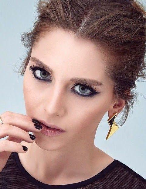 Ezgi Asaroğlu (nacido el 18 de junio de 1987 en Izmir , Turquía ) es un turco de cine y televisión actriz. Ella apareció por primera ve...