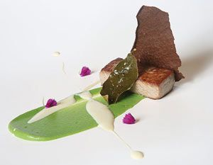 Ventresca de atún, piparras y emulsión de rábano picante