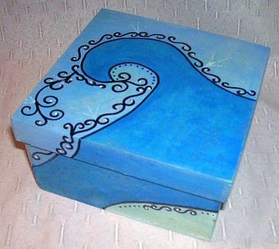 Cajas de madera pintadas.