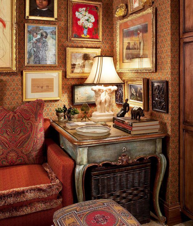 Papel de parede, muitos quadros na parede, papel de parede, abajur antigo, mesa…