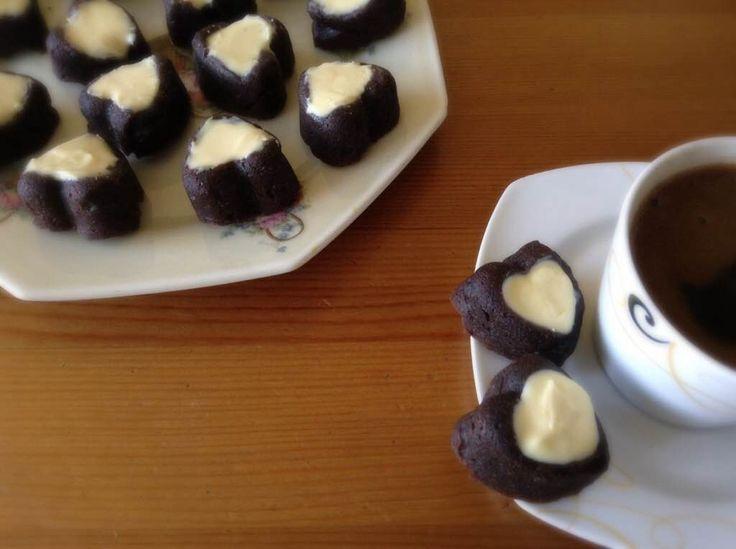 MUZLU VE KAKAOLU MİNİ KEK, Keklerde kullandığım muz, keklere browni tarzı çok hoş bir yumuşaklık verdi. Kakao ve muz birbirine çok yakışıp tamamlıyorlar. Hiç şeker kullanılmadan hazırlanan keklerde yer alan pekmez ise harika bir lezzet katıyor. http://www.aylademir.com.tr/2014/10/muzlu-ve-kakaolu-mini-kek.html