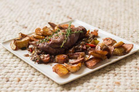 Recept voor konijn met rode wijnsaus en gebakken aardappeltjes.
