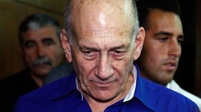 Mantan PM Israel Ehud Olmert Digiring ke Penjara : Mantan Perdana Menteri Israel Ehud Olmert akhirnya harus masuk penjara dan memulai masa penahanan selama 19 bulan karena menerima suap dan menghalang-halangi peradilan
