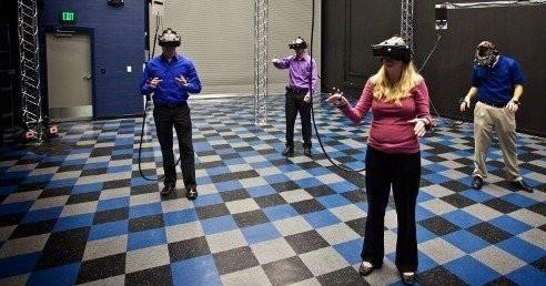Virtual Experience Los usos actuales mas frecuentes de la realidad virtual son los siguientes: - Entrenamiento de pilotos, astronautas, soldados, etc... - Medicina educativa, por ejemplo para la simulacion de operaciones - CAD. Permite ver e interactuar con objetos antes de ser creados. - Creacion de entornos virtuales (museos, tiendas, aulas, etc...) - Tratamiento de fobias. (aerofobia, aracnofobia, claustrofobia, etc..)  - Juegos, Cine 3D y todo tipo de entretenimiento
