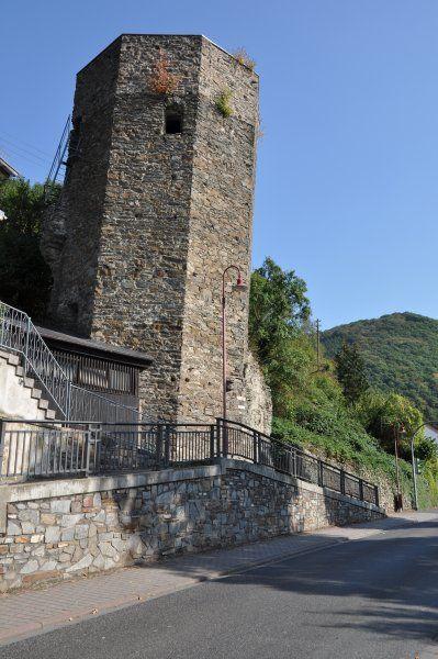 Der schiefe Turm von Dausenau an der Lahn, im Westerwald, neigt sich deutlich stärker, als der Turm von Pisa