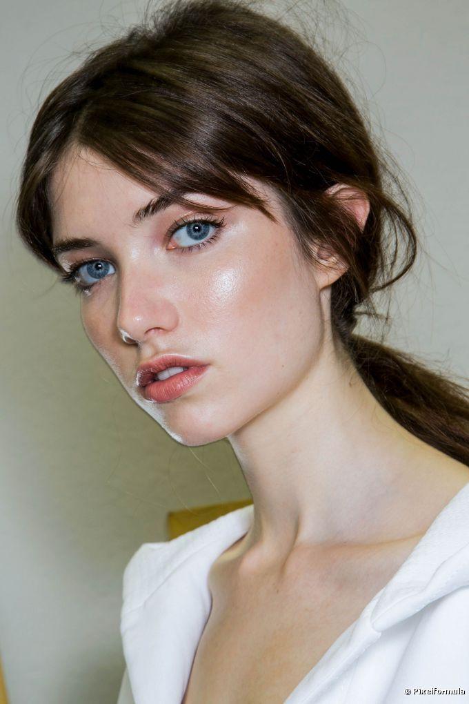 Iluminar as partes mais altas do rosto é a nova forma de criar um contorno na…