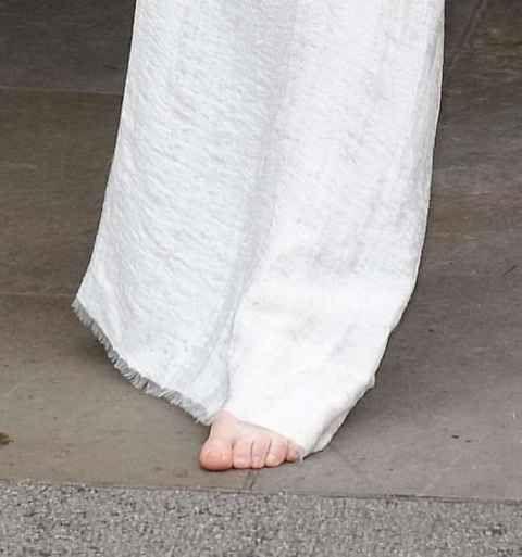 Dall'eccesso alla moderazione estrema. Lady Gaga, la cantante americana sempre al centro dei gossip per i suoi abiti eccentrici e spesso succinti, si è fatta immortalare stavolta in un abito lungo, bianco, senza scarpe e completamente struccat...