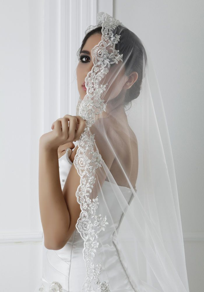 Csipke szélő spanyol fátyol a romantikus esküvőre.