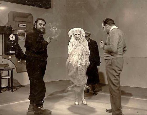 Brigitte Helm, Fritz Lang, Heinrich George and assorted cast & crew on the set of Metropolis (1927, dir. Fritz Lang) Photographer: Horst von Harbou (via)