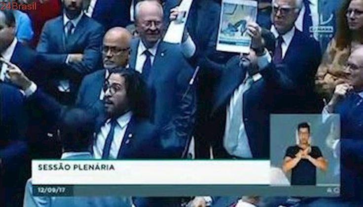 VEJA VÍDEO: Exposição polêmica do Santander termina em barraco e bate-boca na Câmara dos Deputados