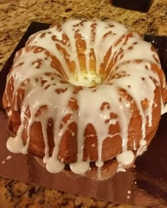This SUPER SIMPLE BUTTERMILK POUNDCAKE #recipe is all the rage this Holiday season!