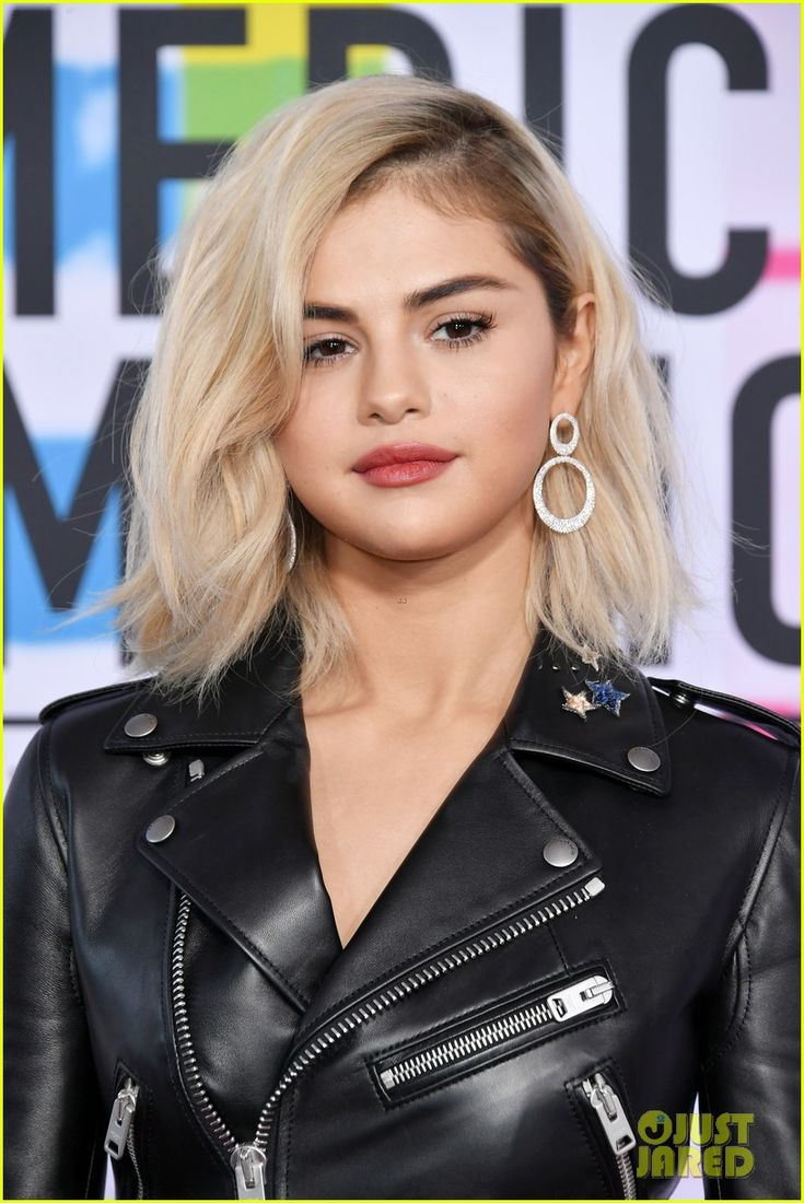 Selena Gomez Debuts Blonde Hair at American Music Awards 2017!