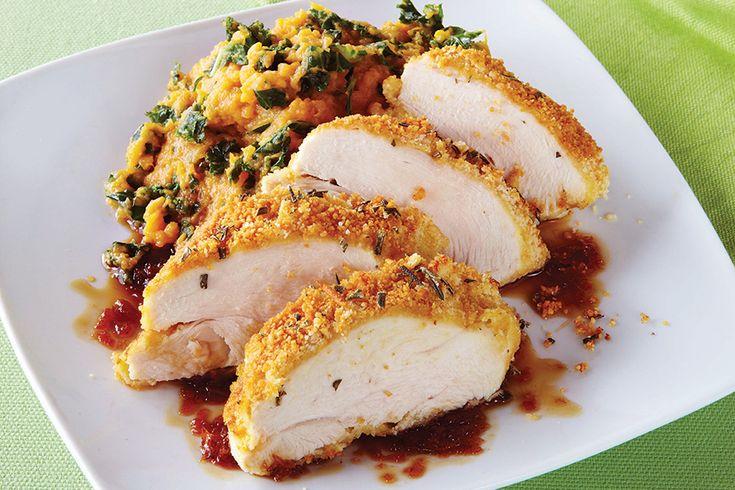 Sfruttiamo le virtù delle mandorle per questo saporito e sano pollo in crosta di mandorle, con contorno di cavolo e patate dolci e salsa alle arance