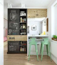 Coup de coeur pour le tableau noir, le bois rustique, l'abondance de blanc et les vert menthe des chaises! Aménager une petite cuisine - un article de Vanessa Sicotte repéré sur http://muramur.ca/decoration/cuisine-deco/amenager-petite-cuisine