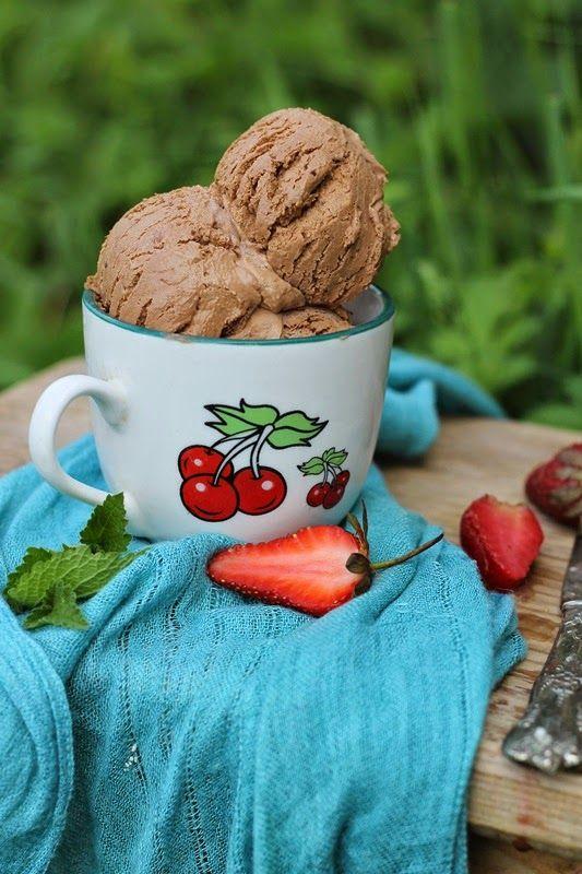 Ce ne dorim cel mai mult în zilele călduroase?! Sa mâncam o înghețată buna, nu?  Știu ca e mai simplu sa o cumpăram, dar nu se compara cu cea facuta in casa, asa ca eu va propun o nouă reteta de înghețată, ușoara și foarteeee cremoasa.  O puteţi păstra în congelator și …