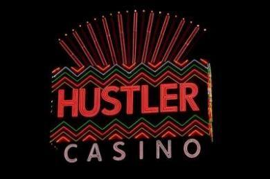 . Hustler – казино с полуобнаженными дилерами  В Калифорнии в городке Гардин есть оригинальное казино Hustler, которое принадлежит порно магнату Ларри Флинту. Это заведение Флинт открыл в 1999 году, сделав ставку на сексуальную привлекательность. От прочих игровых домов Hustler отличается тем, что в нем работают полуобнаженные молодые девушки. Казино Hustler похоже на французский будуар: фривольные картинки на игровых столах и барной стойке, бордовые бархатные стены, сверкающие люстры.