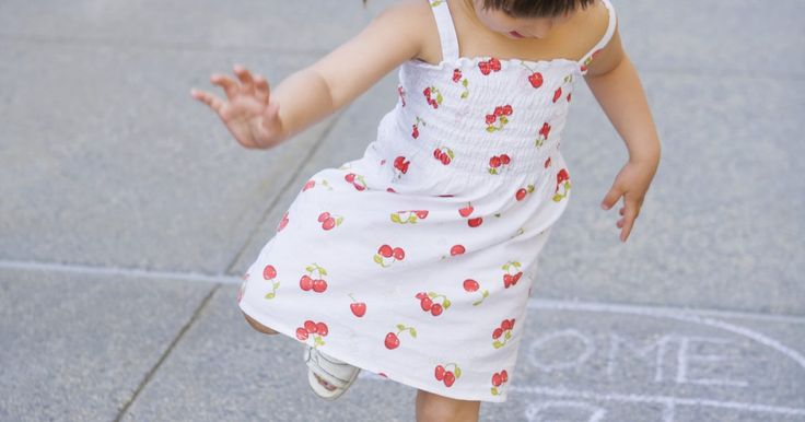 Juegos de saltar para niños. Hacer que la actividad física sea parte de un juego para niños no es solo divertido, sino que también un gran ejercicio. Los juegos como el congelados, avión y carreras se pueden jugar en el exterior y ser alterados para incluir la acción de saltar, una importante habilidad que ayuda a los niños a refinar su coordinación.