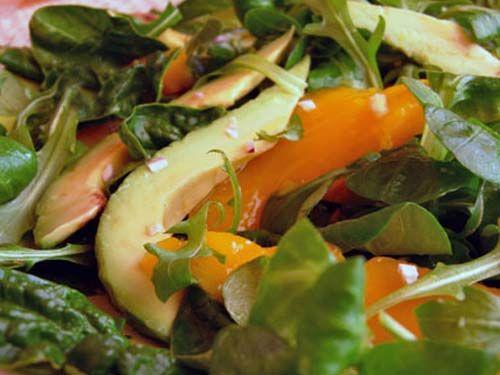 Салат из манго и авокадо под соусом из маракуйи