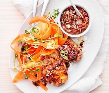 Här bjuds på kycklinglår med livlig plommonsås och syrliga morötter som tillbehör. En rätt som är smaklökarnas favorit. Plommon mixas med vitlök, ingefära, sweet chili, apelsinsaft, soja och vinäger till en krämig sötaktig sås, perfekt ihop med morötterna. Avnjut ihop med kyckling och ris.