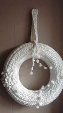 La Douce Parenthèse en Bretagne : couronne de Noël entièrement tricotée.