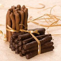 Orangettes au chocolat noir Préparation : 10 mn Cuisson : 3 mn Pour 30 à 35 orangettes environ 250 g de grosses écorces d'o...