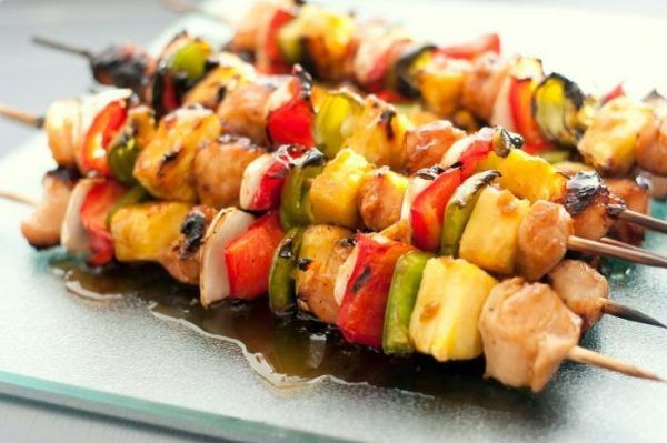 Una receta sana, sabrosa y a la vez muy sencilla. Hoy preparamos unas brochetas de pollo con verduras a la plancha, una manera de aligerar calorías y que muy bien puede servirse en una cena con amigos.
