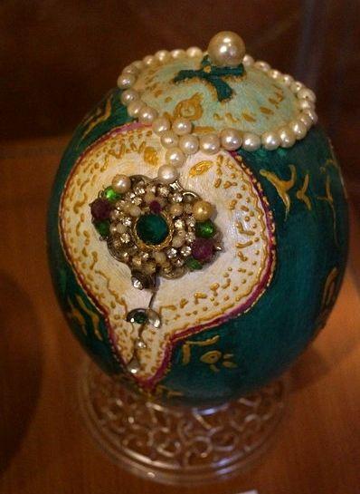 """""""Principe"""" - Uovo di struzzo dipinto a tempera e decorato con pietre e perle"""