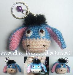J'ai découvert ce petit âne bleu sur le joli blog de Sayjai. J'ai eu l'autorisation de traduire le modèle et je vous le mets à disposition pour celles qui