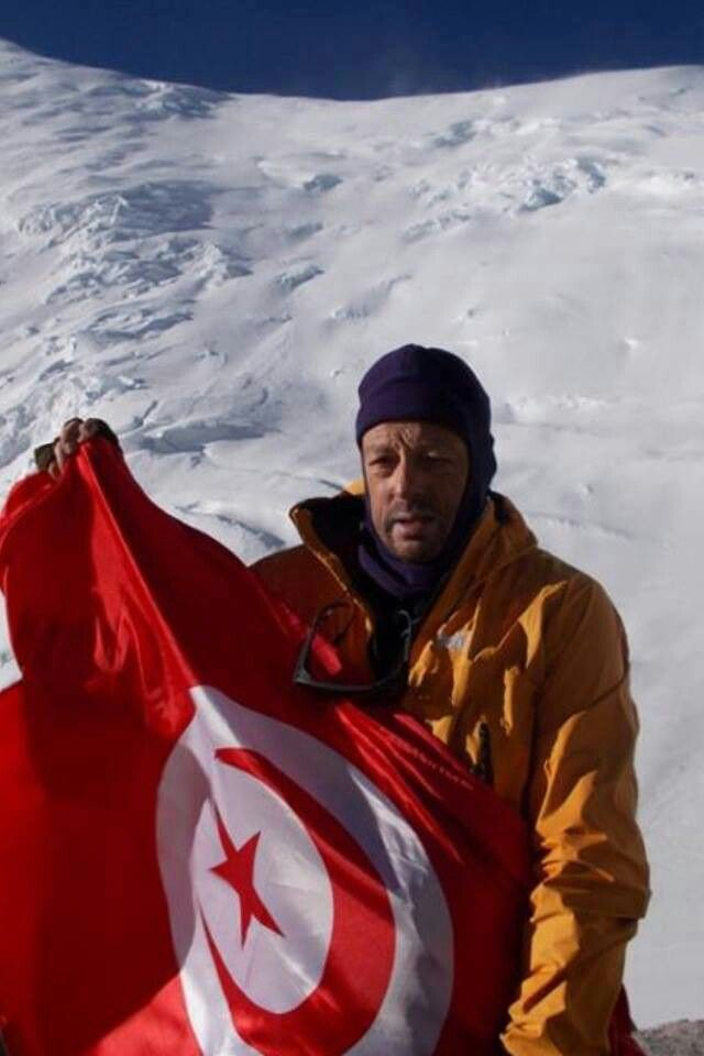 Marsal Carlos showing Tunisia flag from pic Lenine