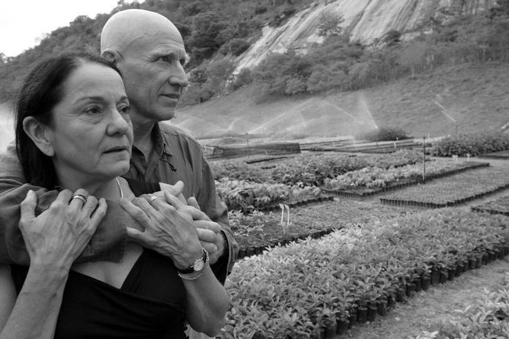 """He querido poner como última fotografía de este artículo esta imagen tomada en el año 2006  en el Instituto Terra  fundado por ellos , Sebastiao y Lélia, una pareja que ha superado muchos obstáculos desde que contrajeran matrimonio en 1967  para partir poco después al exilio huyendo de la represión de la dictadura militar, dejando atrás a sus familias (ella acababa de perder a sus padres) para emprender una nueva vida en Francia. De ella dice Sebastiao """"Lélia me ha dado estabilidad, me ha…"""