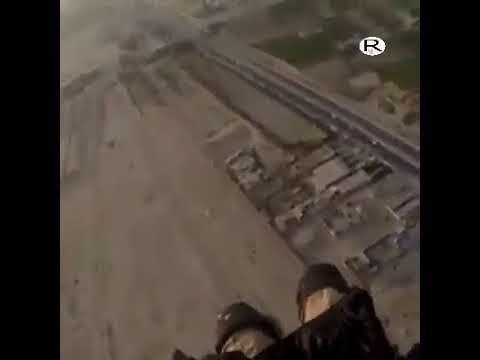 مظلي عراقي يصور نفسه وهو يفتح راية الامام الحسين