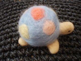 羊毛フェルトで作ったピンクッションです。赤ちゃんの可愛いカメさん。甲羅にドット柄をカラフルにしてみましたので見る角度によっていろいろ楽しめます。丸くコロンとか...|ハンドメイド、手作り、手仕事品の通販・販売・購入ならCreema。