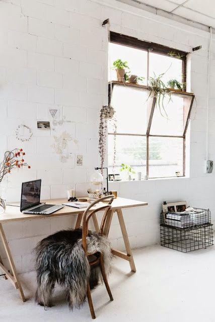 Un bureau tout simple,  une planche de bois et deux tréteaux, quelques plantes, des casiers  en métal  ... rien de très compliqué pour avoir une belle ambiance.