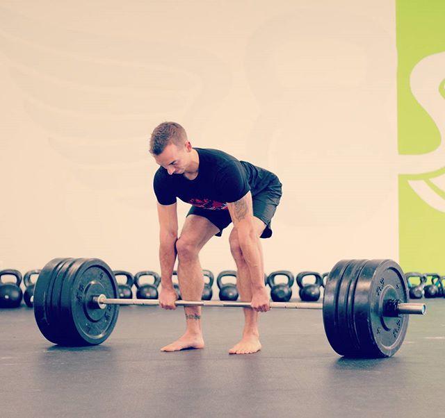 Das Beste was du lernen kannst, ist wie du Gewichte vom Boden hebst.  Es ist die erste fundamentale Bewegung die du lernst, wenn du zu mir ins Training kommst.  Selbst an den Tagen wo Kreuzheben nicht auf dem Plan steht, wirst du Gewicht vom Boden heben. Sei es um es über Kopf zu pressen, zu schieben, zu ziehen oder zu tragen.  Im Alltag ist es das Gleiche. Auch wenn es selten passiert, dass du schwere Gewichte heben musst, tust du es doch täglich.  Es ist eines dieser fundamentalen…