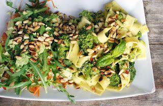 Verse parpadelle en broccoli in een prutje van basilicum, rode peper en parmezaanse kaas, met een salade van wortel, tomaat, avocado en rucola