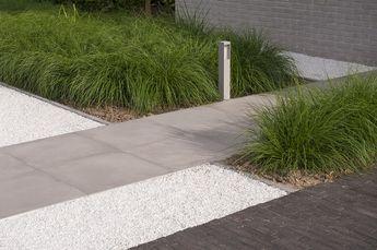 Strakke voortuin - combinatie van kleiklinkers, keramische tegels, grind en siergrassen ( Pennisetum 'Hameln' ) - Tuinaanleg De Pauw