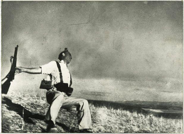 soldado republicano abatido na Guerra Civil Espanhola. Foto clássica de Robert Cappa