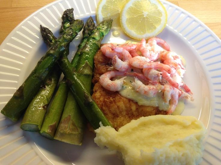 Fersk fisk, vendes i egg/mel/salt, stekes 15 min i stekepanne. Smørdampet asparges. Sandefjordsmør: koke 4 dl fløte i 40 min, røre inn 50 g Bremykt, gressløk. Potetstappe.