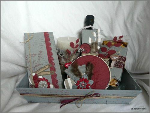 Panier gourmand Composé d'une bougie d'une bouteille de vinaigre balsamique, de crakers, d'une tablette de chocolat, de chocolats pour le café.