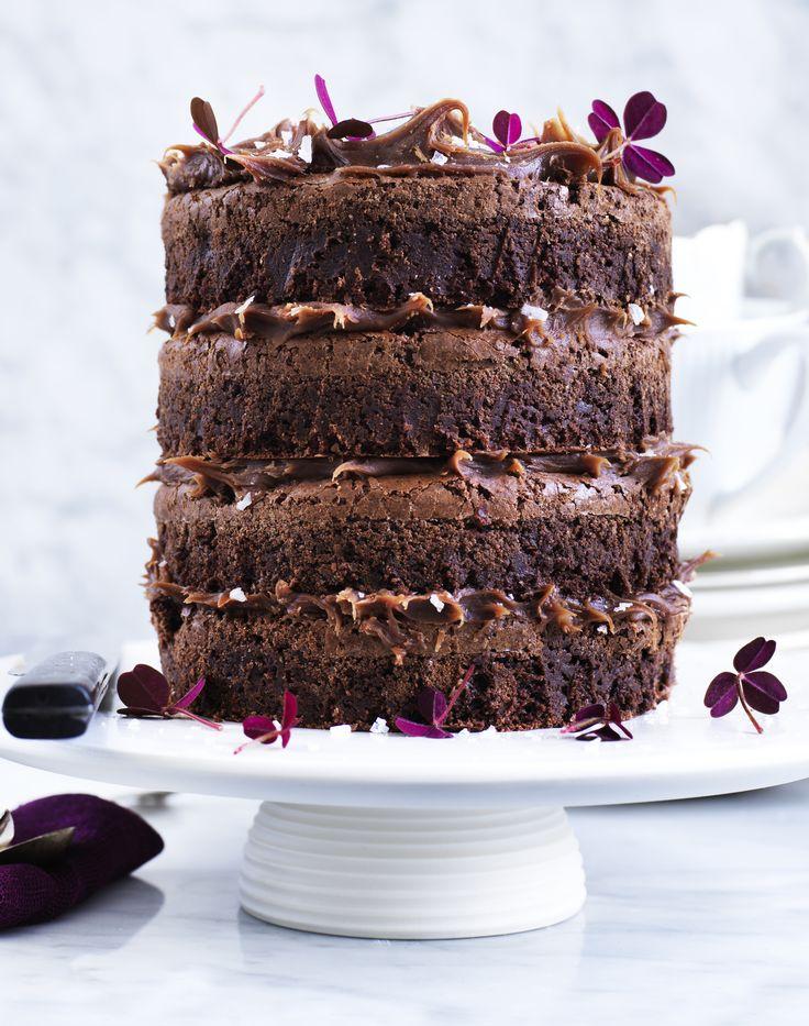 Lav denne brownie-lagkage med blød mælkechokoladeganache med saltkaramel mellem saftige browniebunde til din næste fest!