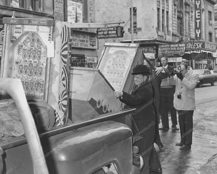 Federal Agents Confiscate Pinball Bingo Machines Vintage 8x10 Reprint Old Photo Federal Agents Confiscate Pinball Bingo Machines Vintage 8x10 Reprint Old Photo This is an excellent reproduction of an