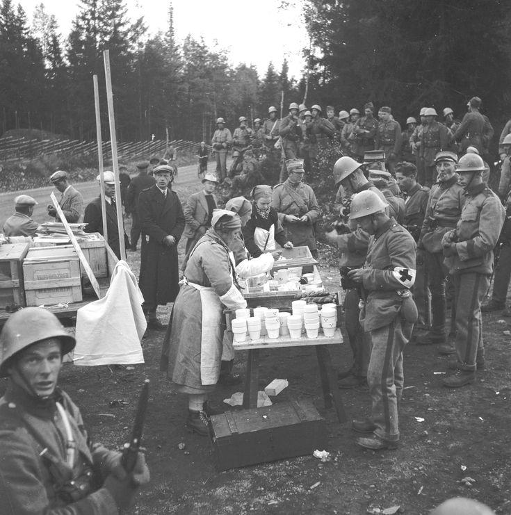 Lottakåren bistår militären med förtäring, Gävle. Fotograf: okänd.