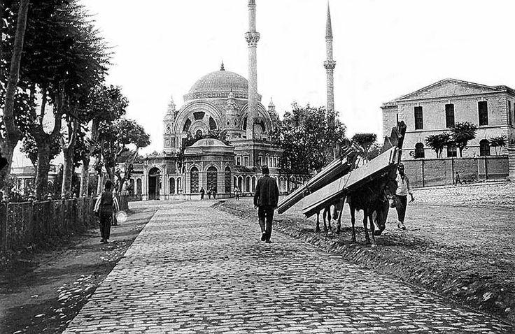 1800'lerin sonlarında Dolmabahçe, Bezmialem Valide Sultan Camii ve Saray Tiyatrosu./ İstanbul