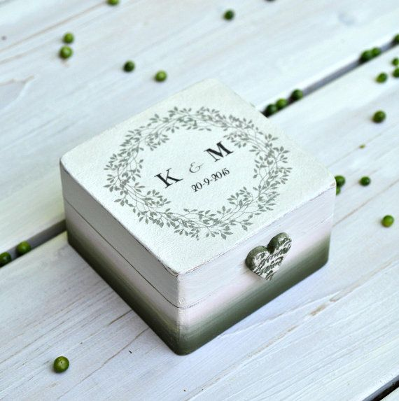 A boho chic wedding ring box for your special day. Or a romantic engagement ring box for your loved one !  No matter the occasion, we would be more