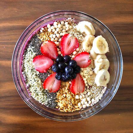 INGREDIENTES: 1 Acai Smoothie Pack 1 Plátano congelado 1 Taza de berries congeladas (fresas, zarzamoras, moras) 1/3 taza de leche de coco TOPPINGS OPCIONALES: