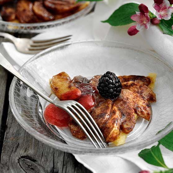Kanelstegte æbler på mandelbund med blommesauce -http://www.dansukker.dk/dk/opskrifter/kanelstegte-aebler-paa-mandelbund-med-blommesauce.aspx #dansukker #opskrift #æble #kanel #mandel #blomme #desert #lækkert #mad #food #spis #eat #bær #frugt #snack #inspiration